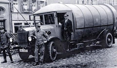 Kornmarkt 11 - Abfallbeseitung vor der Sattlerei Hermann Sandmann im Jahre 1930