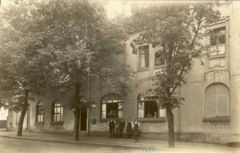 Gasthof Ludwigsbrücke um 1925. Vor dem Haus vermutlich die Besitzerfamilie
