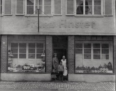 Hadergasse 7 (späteres Shepard's) ca. 1937. Im Eingang Franz Finster mit Ehefrau Sabine, davor links Kind Marianne Finster und rechts Wilhelm Finster, oben am Fenster Kind Roswitha Wörle, Tochter des Rechtsanwalts Martin Wörle, der hier zur Miete wohnte.