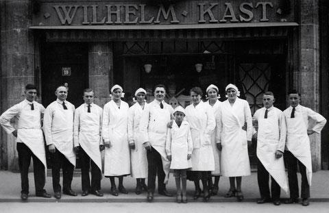 Die Belegschaft der Metzgerei Kast vor der Spitalstraße 19 - ca. 1934 - Danke an Frau Christel Feyh