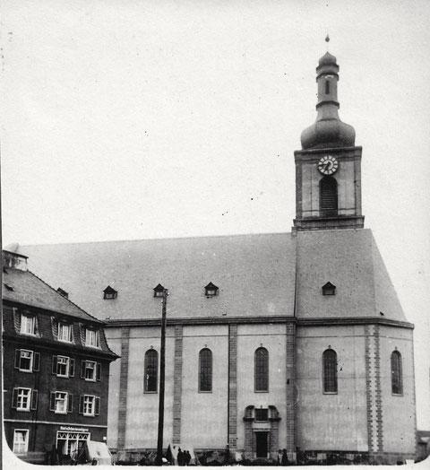 """Die im Zweiten Weltkrieg zerstörte Kilianskirche - links eine """"Rind- und Schweinemetzgerei"""""""