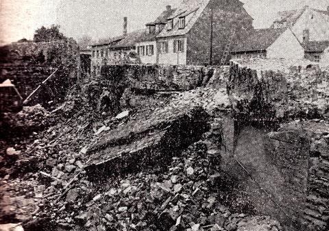 Ein trauriger Moment - die Stadtmauer am Jägersbrunnen wird eingerissen, sie war dort 21 m lang, 1,2m dick und 4 m hoch..... im Hintergrund die Hirtengasse