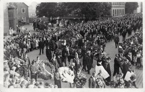 3 Tage nach seinem Tode (02.07.1932), am 05.07.1932 gab es einen großen Leichenzug zum Grab von Ernst Sachs im Hauptfriedhof (hier in der Schultesstraße) - Herzl. Dank an Frau Maria Klein aus Würzburg, die dieses Foto zur Verfügung gestellt hat