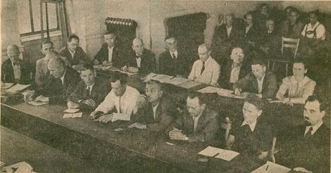1948 - der erste nach dem Zweiten Weltkrieg frei gewählte Stadtrat im alten Sitzungssaal des Rathauses Foto: Rost