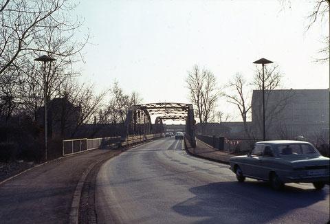 Die Ludwigsbrücke mit dem einstigen Baywa-Lagerhaus (rechts hinten)