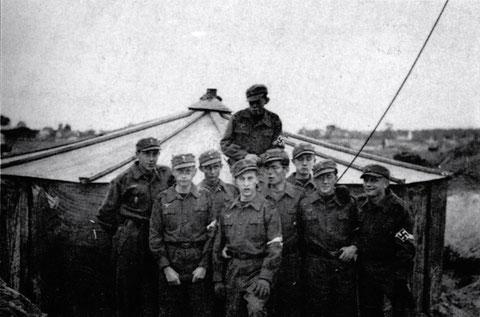 Luftwaffenhelfer vor dem Finnenzelt