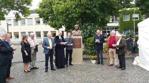 Bei der Enthüllung der Martin-Luther-Büste Juni 2015 - links neben der Büste Oberbürgermeister Sebastian Remelé und Dekan Oliver Bruckmann