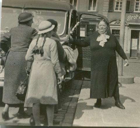 Frau Stengel vor einer Fahrt nach Heidelberg