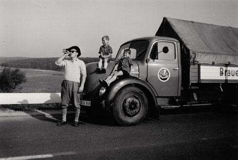 Bei der Auslieferung, links Eduard Hruschka sen., auf der Motorhaube Eduard jun. und Karl-Heinz Hruschka - danke an Karl-Heinz Hruschka