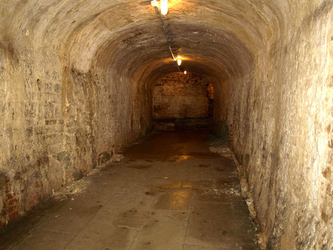 Der Gang führt unter dem Oberen Wall bis in einen Keller eines Hauses der Krummen Gasse