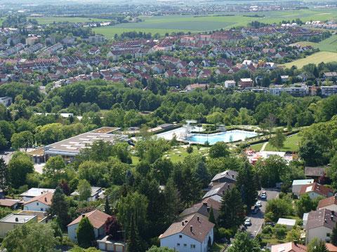 """Blick vom """"Blauen Klaus"""" (SKF-Hochhaus) zum Sommerbad (Silvana)"""