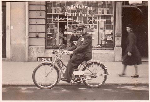 Rudolf Jastrow, Kaufmann, (Luli-Kino-Palast) radelt vor Spitalstraße 30 - Danke an Brigitte Pollak