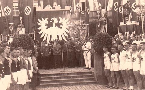 Fahnenübergabe am Brauhaus auf dem Marktplatz 1939 - Danke an Klaus Hoffmann