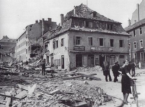Das Foto - Blick vom Albrecht-Dürer-Platz in die Hohe Brückengasse - zeigt die Beschädigungen am Hotel Ross nach einem Bombenangriff (hinter dem Haus Uhlenhuth)
