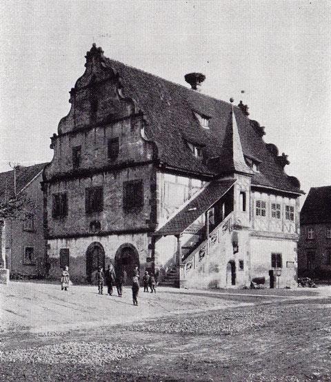 Rathaus, erbaut im Jahr 1590 - Der Stil ist eine seltene Mischung aus Gotik und Renaissance, der Periode Julius echters angehörend. Besonders zierlich ornamentiertes Steingeländer der an der Außenseite des Gebäudes angebrachten Aufgangsstiege;