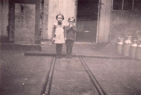 im Hof Judengasse 11 - auf den verlegten Linien wurden die Milchkannen gerollt - hinten Eingang in die Molkerei