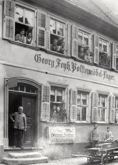 Zehntstraße 6 - Im 1. Stock war eine Weißnäherei, in der auch Schülerinnen ausgebildet wurden EG v.l.: Georg Feyh, Mariechen Feyh (Sauer), Minna Feyh (Winter)