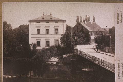 Die 2 Cramer-Häuser auf der Maininsel. Das linke Haus wurde im Jahr 1900 abgebrochen. Die Brücke rechts war die fünfte an dieser Stelle. Sie hatte noch einen Bohlenbelag und exisitierte in dieser Form bis 1902