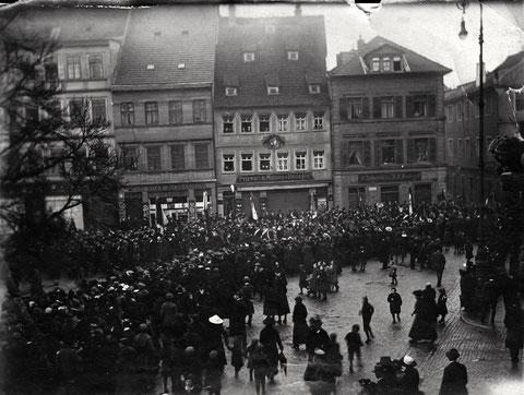 Danke an Uschi Graf - Versammlung auf dem Marktplatz - mittig das Pelz- und Hutgeschäft G. Baumeister Markt 7 - siehe auch unten