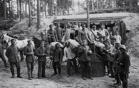 Russland, August 1917, Waldstellung im Newdagrund, Küche Brotausgabe, Bat. Schweinfurt Stützpunkt B