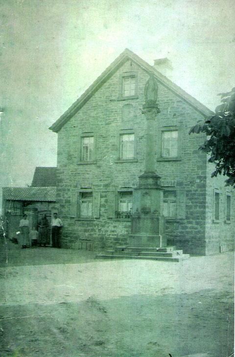 Das gleiche Haus mit Mariensäule