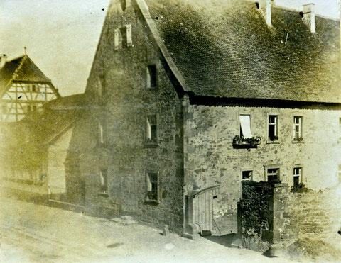 Zenthaus (Bibliothek) früher Zehntscheune und bis ca 1965 Armenhaus . links daneben die ehemalige Post und dann das Rathaus - ca. 1920 (Danke für die Auswertung dieses Fotos an Herrn Norbert Eusemann)