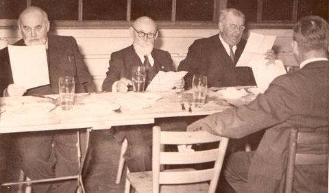 links Theodor Vogel, rechts daneben sein Vater und Firmengründer Hermann Vogel in Schweinfurt - danke für dieses Foto an Ernst Härterich