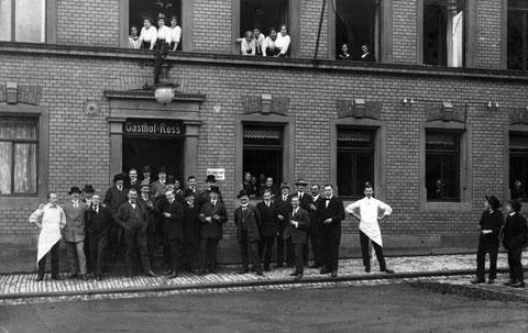 1913 - Gasthof Ross mit Gesellschaft des Ruderclubs