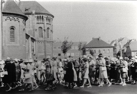 Fronleichnamsprozession vor der Hl. Geist-Kirche um 1960