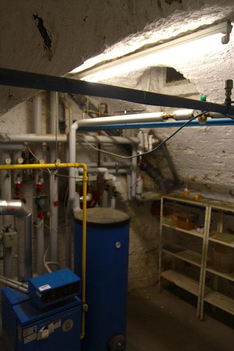 In einem parallel liegenden Gewölbekeller ist heute die Haustechnik unterbegracht