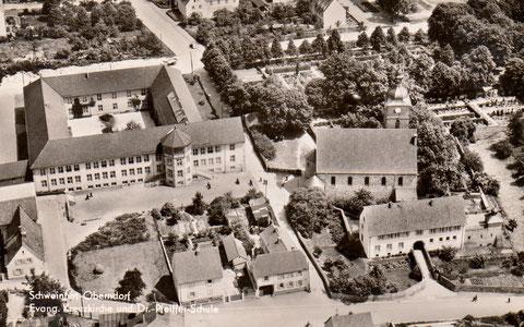 Luftbild - Schule und Kirche