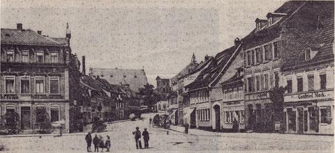 1908 - links das Gasthaus Vier Jahreszeiten am Roßmarkt, dem sich die Fischküche Ständer und der Metzger Kimmel anschloss. Interessant, dass hier der Feuerwehrturm noch eine geringere Höhe hatte als im nächsten Foto