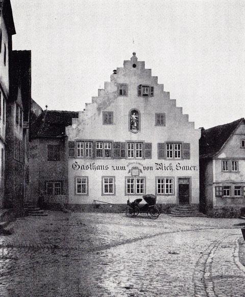 """Gasthaus """"Zum Löwen"""" - Mit Staffelgiebel u. erkerartigem Anbau. Erbaut 1577 als Zehnthaus des Bischofs v. Würzburg, später Gericht u. Amtskellerei., seit 1744 Gaststätte"""