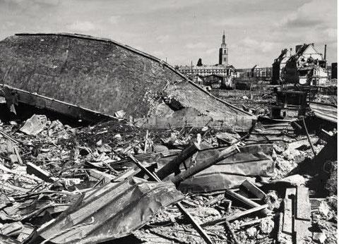 Getroffene Industriegebäude - im Hintergrund die noch unversehrte Kilianskirche