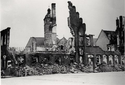 Das im Zweiten Weltkrieg zerstörte Haus; ein Teil der Wand mit den alten Zinnen blieb noch stehen