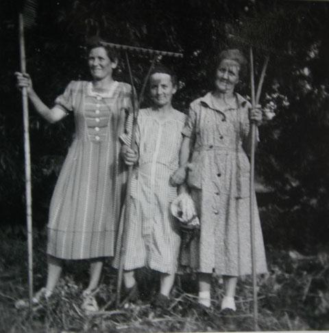 Elli Trautvetter, Else Kaiser und Frau Wurm bei der Heuernte