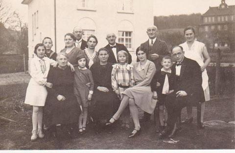 Familienfeier in der Grumbachstr. 4 mit Blick auf Haus Rümmler und Volksschule um 1930