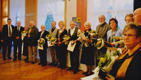 neben Landrat Reinhard Krebs Dr. Jochen Retzlaff und 6. von links Wolfgang Malek, ganz rechts Christel Pfeifer aus Schweina