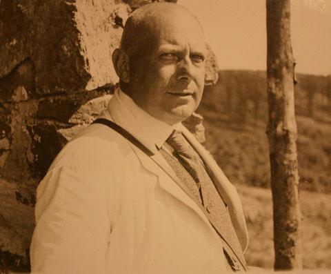 Karl Schneider 1932 vor der von Schneiders Hotel finanzierten, im Bau befindlichen Wanderhütte Questenstein - Sammlung Walter Hartmann