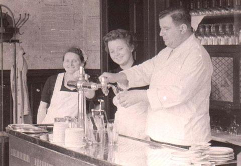 Heinz Claus als Löwenwirt, Gudrun Heß, geb. Pätzold und Hilde Porst v.r. Ende 1950er - Sammlung Brigitte (Claus) Huhn