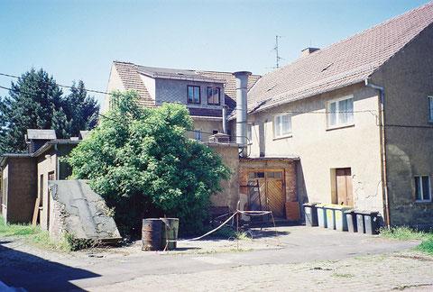 Brunnenhaus - rechtwinklig dahinter das ehemalige Badehaus, daraus wurde Brunnenversand, Wäscherei und auch Wohnheim - Von der Rückseite - Von J.Bodenstein 31.08.2018 gepostet