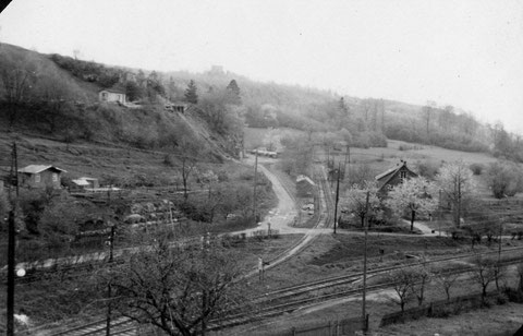 Bahnhof Steinbach  Anschlussgleis zur Verladeanlage des Bergwerkes. Zu dieser Zeit fuhr die Bahn in Normalspur noch bis Steinbach - Im Hintergrund die Burgruine Liebenstein - Quelle: Astrid Messerschmidt