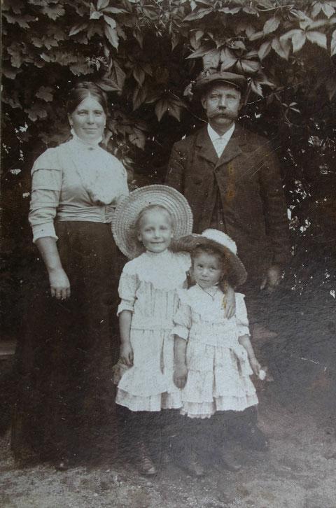 Karl Friedrich Hopf und seine Frau mit den Kindern Elisabeth Hopf, spätere Storch (Mutter von Adolf Storch) und die kleinere ist Marie Hopf, spätere Munkel, die Mutter von Otto Munkel - Kopi am 15.05.2018 von W. Malek,