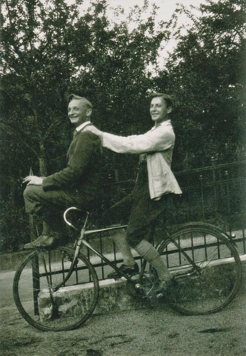Hans Perlet und sein Vetter Helmut Hölzer 1928 im Brunnenweg vor Villa Helene- Quelle Henning Frank