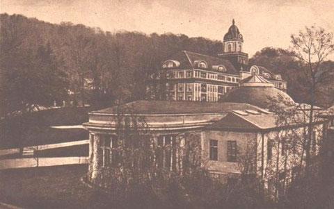 Kaiserhof mit Wandelhalle - links in der Bildmitte zum Großteil durch Bäume verdeckt sieht man den Remisenhof - Repro W.Malek