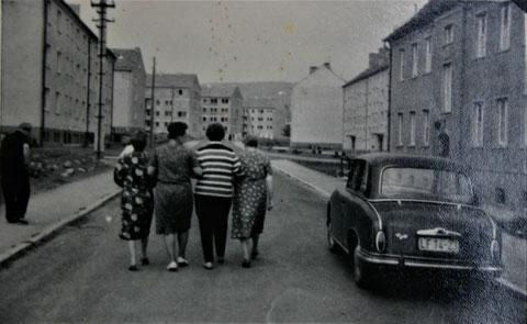 von rechts: Berta Hanl, Gertrud Hanl, Lotte Schüler, Maria Malek und Erich Hanl in der Hermann-von-Stein-Strasse der AWG - Quelle W.Malek Anfang 1960er