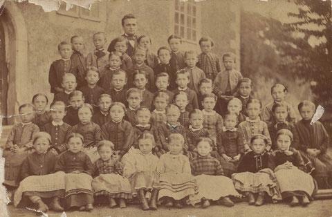 Mit dem Kreuz Auguste Malsch UR-UR-Großmutter von Daniel Rimbach um 1879 vor der Kirche in Steinbach - Quelle Dr.D.Rimbach