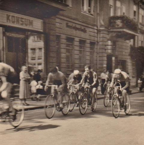 Radrennen Ende der 1950er vor dem Meininger Hof -mit Konsum und Sparkasse - Sammlung Kurt Schwarz