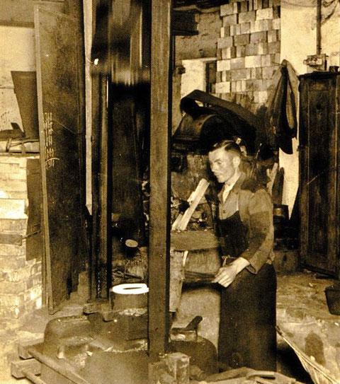 Otto Fuckel, der Uropa von Hartmut Hartl  am Fallhammer der Messerfabrik Malsch & Ambron - Sammlung Hartmut Hartl