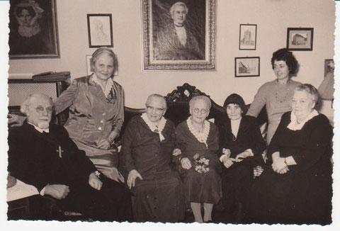 Geburtstagsfeier 80er von Franziska Ubbelohde am 02.02.1961 Mitte -links daneben die Schwester Elsbeth - rechts daneben Ida Claus, ganz links Pfarrer Henn mit seiner Frau - Archiv W.Malek